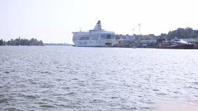 Het schip van de cruiseboot in de haven van Helsinki stock footage