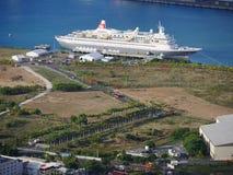 Het schip van de cruiselijn bij kust Stock Foto's