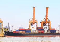 Het schip van de de industriecontainer op haven voor invoer-uitvoergoederen die en zaken uitwisselen verschepen Stock Foto