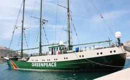 Het schip van de de Regenboogstrijder van Greenpeace in een Maltese pijler wordt gedokt die royalty-vrije stock foto's