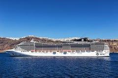 Het schip van de fantasiecruise dichtbij Santorini-eiland in Egeïsche overzees Royalty-vrije Stock Fotografie