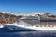 Het schip van de fantasiecruise dichtbij Santorini-eiland in Egeïsche overzees Stock Afbeelding