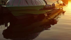 Het schip van de komeetvleugelboot in dok bij zonsondergangschuine stand stock footage