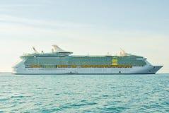 Het schip van de luxecruise het varen Royalty-vrije Stock Afbeeldingen