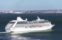 Het schip van de luxecruise in Lissabon Stock Foto