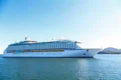 Het Schip van de luxecruise op Blauwe Water en Hemel Stock Foto's