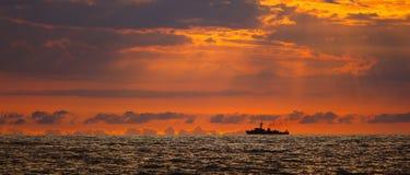Het schip van de marine op zonsondergang stock afbeelding