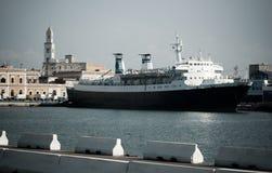 Het schip van de passagier dat in dok wordt vastgelegd stock afbeelding