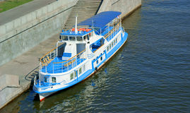Het schip van de passagier op de rivier Stock Afbeeldingen