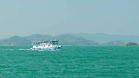 Het schip van de passagiersmotor vervoert toeristen aan de eilanden Stock Afbeelding