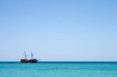 Het schip van de piraat met toeristen op zee in Kreta, Griekenland Stock Afbeeldingen
