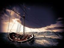 Het schip van de piraat op stormachtig weer Stock Foto's