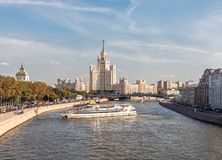 Het schip van de Radisson-vloot en de wolkenkrabber op de Kotelnicheskaya-dijk stock fotografie