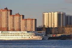 Het schip van de riviercruise op de rivier Neva Stock Foto's