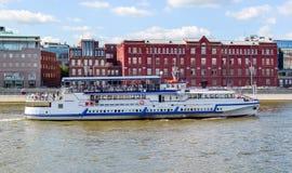 Het schip van de riviercruise op de rivier van Moskou Stock Afbeeldingen