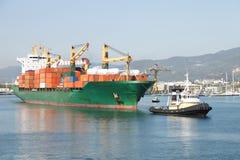Het schip van de sleepboot en van de container stock afbeeldingen