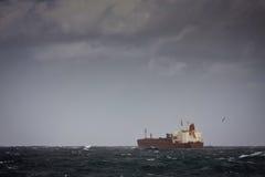 Het schip van de tanker op stormachtige overzees Stock Foto