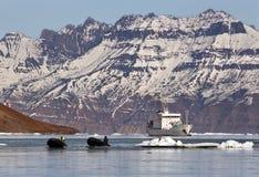 Het schip van de toerist in het hoge Noordpoolgebied Stock Foto