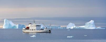 Het schip van de toerist in het hoge Noordpoolgebied Royalty-vrije Stock Foto