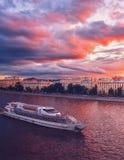 Het Schip van de Vloot Radisson en een kleurrijke zonsondergang over Moskou royalty-vrije stock foto