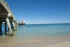 Het Schip van de vracht bij de Pier van de Pijpleiding Stock Foto's