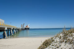 Het Schip van de vracht bij de Pier van de Pijpleiding Royalty-vrije Stock Afbeeldingen