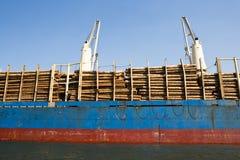 Het Schip van de vracht dat met Logboeken wordt geladen Royalty-vrije Stock Fotografie
