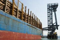Het Schip van de vracht dat met Logboeken wordt geladen Stock Foto's