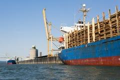 Het Schip van de vracht dat met Logboeken wordt geladen Stock Fotografie