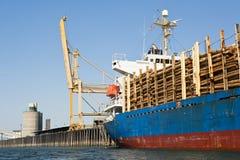 Het Schip van de vracht dat met Logboeken wordt geladen Stock Foto