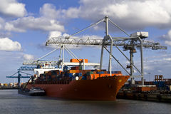 Het schip van de vracht in de haven Stock Afbeeldingen