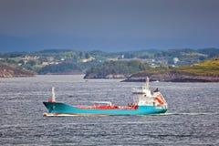 Het schip van de vracht dichtbij de kust van Noorwegen Stock Fotografie