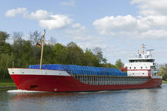 Het schip van de vracht op het Kanaal van Kiel Stock Foto's