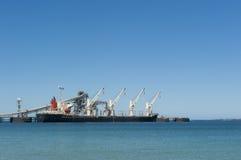 Het Schip van de Vracht van de lading bij Pier Royalty-vrije Stock Afbeeldingen