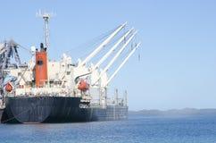 Het Schip van de Vracht van de lading bij Pier Stock Afbeeldingen