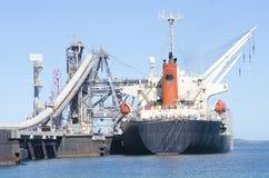 Het Schip van de Vracht van de lading bij Pier Royalty-vrije Stock Foto