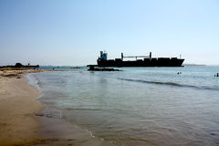 Het schip van het vervoer in Caraïbisch strand Stock Afbeelding