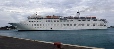 Het schip van passagiers bij haven Stock Foto's