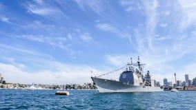 Het schip van USS Chosin CG 65 Verenigde Staten komt de haven van Sydney voor het deelnemen aan Internationaal Vlootoverzicht Syd Royalty-vrije Stock Afbeelding