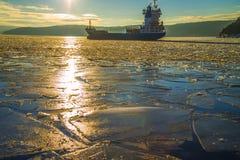 Het schip verlaat de haven van halden Stock Afbeelding