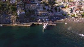 Het schip vertrekt van de Reis van het de Toeristenjacht van de pijler volledige toerist, watervervoer, verkeer, vergunning huurv stock videobeelden