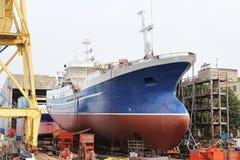 Het schip wordt gebouwd bij de scheepswerf stock afbeeldingen