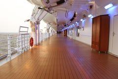 Het schipdek van de cruise met houten vloer en gedraaid stock foto