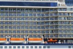 Het schipkant van de cruiselijn met reddingsboten en balkonstaatsiezaal Stock Afbeelding