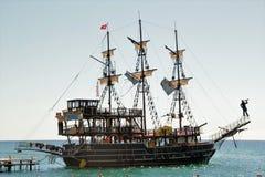 Het schipoverzees van het piraatfregat Royalty-vrije Stock Fotografie