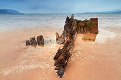 Het schipwrak van de zonnestraal op Iers strand Stock Fotografie