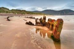 Het schipwrak van de zonnestraal op Iers strand Stock Afbeeldingen