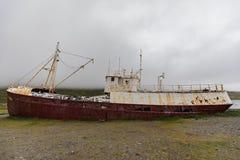 Het schipwrak van Gardarbedelaars in patrekfjordurwestfjords royalty-vrije stock foto