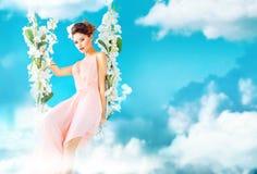 Het schitterende dame swining in het paradijs royalty-vrije stock afbeelding