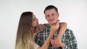 Het schitterende jonge het houden van paar koesteren, die elkaar met liefde bekijken stock videobeelden